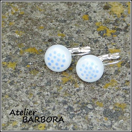 náušnice a modré puntíčky