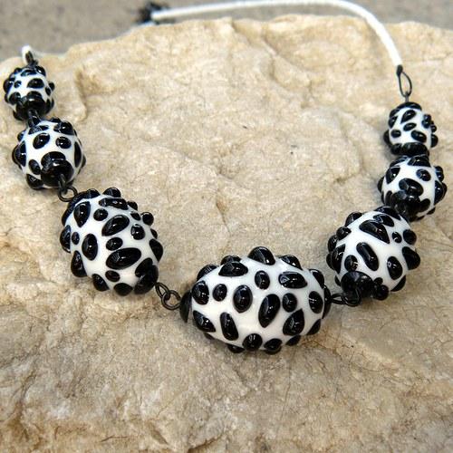 Náhrdelník - bílo - černé mozaikové olivy