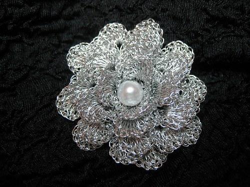 Háčkovaná brož - kytička - stříbrná