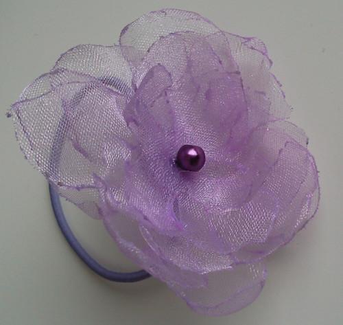 Fialová kytička na gumičce pro družičku do vlasů
