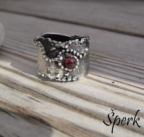 Stříbrný prsten s almandýnem......................
