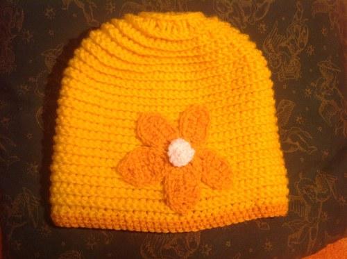 Žlutá čepice, háčkovaná, s kytičkou