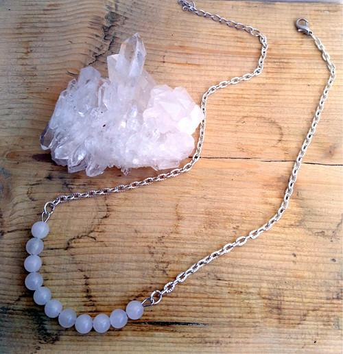 Jemný náhrdelník s mléčně bílým jaditem