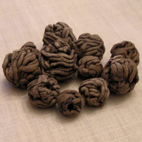 sada hnědých motaných keramických korálků