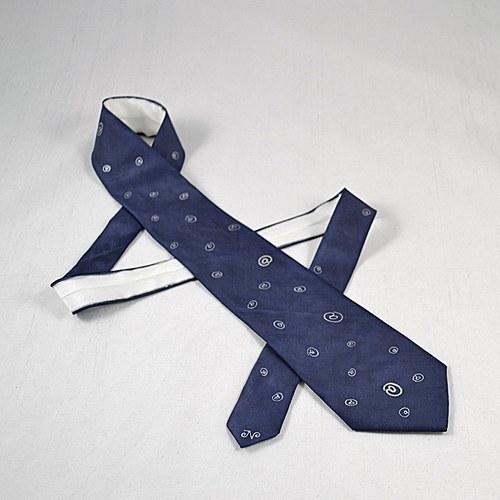 Tmavě modrá kravata se zavináči