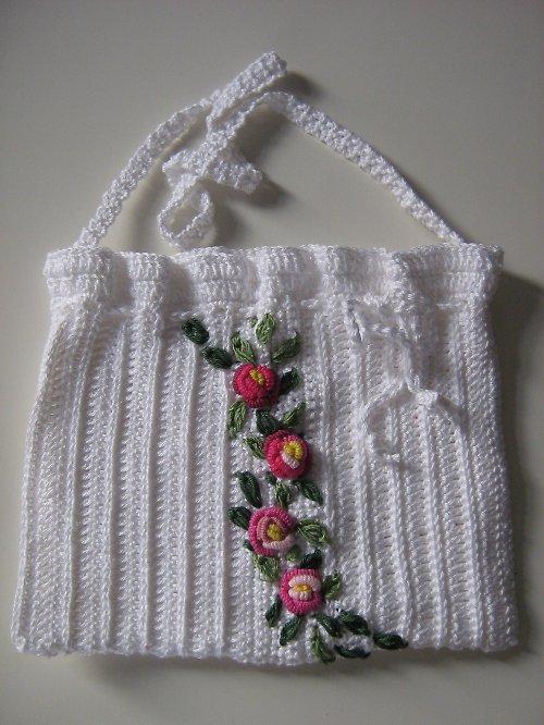 Bílá háčkovaná kabelka