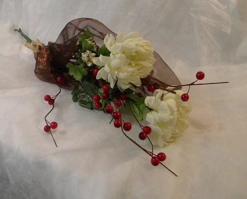 Kytička z umělých chrysanthem, jeřabin a sušiny
