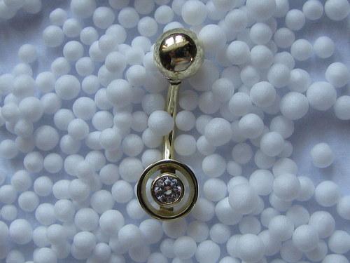 zlatý piercing do pupíku