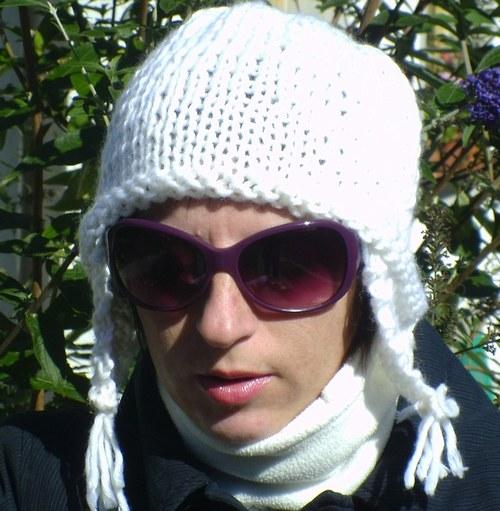 Bílá pletená čepice s ušima