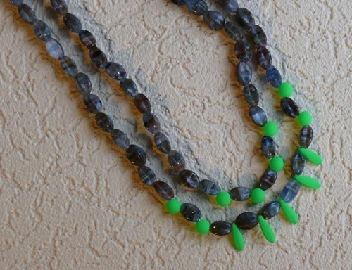 náhrdelník dvouřadý - neonová zelená s UV faktorem