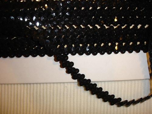 černý flitrový prýmek 1,4m zbytek