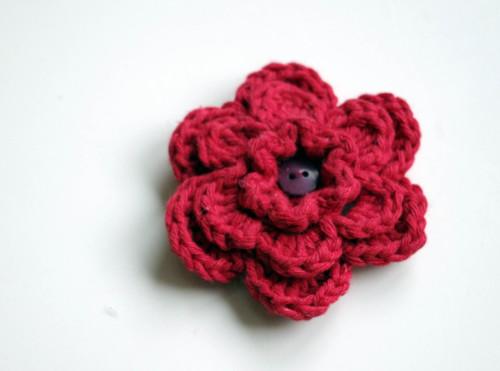Červená háčkovaná květina - brož