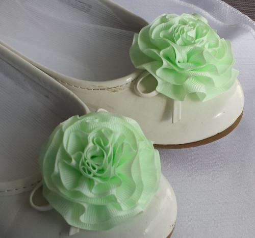 Klipy na boty pro nevěstu s zelenkavou květinkou