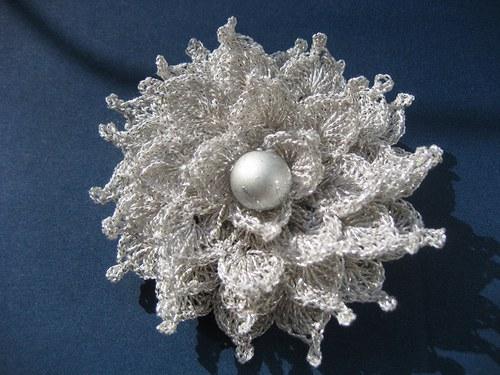 Háčkovaná brož- kytička - stříbrná