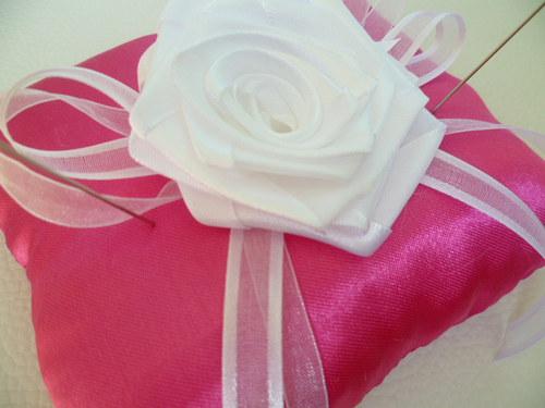 bílo růžový polštářek pod prstýnky s růží