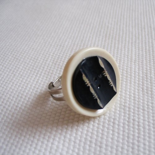 Knoflíkový prstýnek černobílý