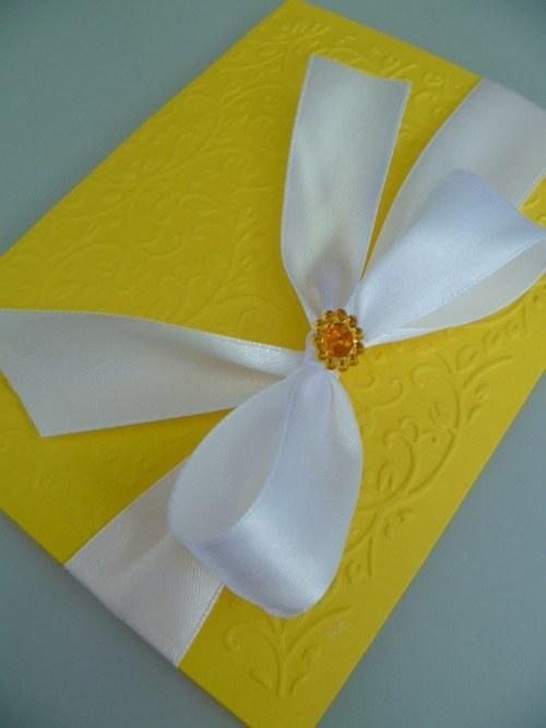 žlutobílé svatební oznámení se vzorem a stuhou