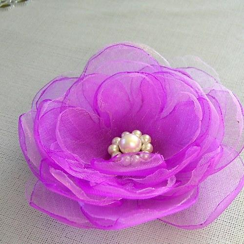Orchidejově fialový květ