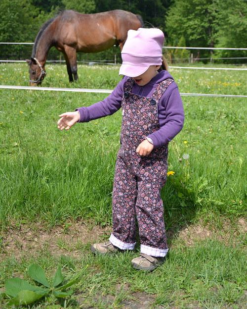 Střih a fotonávod - dětské kalhoty s laclem