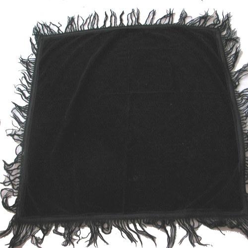 Černý sametový šátek po babičce
