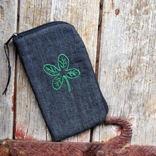 obal na mobil se zipem s ruční výšivkou