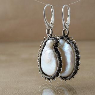Perly v krajce - Neopakovatelné autorské naušnice z říčních perel organického tvaru ve stříbrné krajce