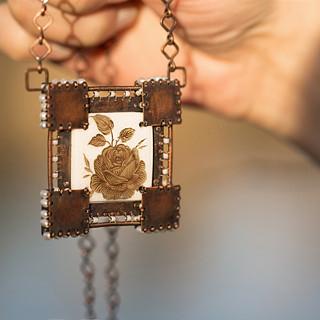 Štít - neopakovatelný autorský náhrdelník z mědi a říčních perel.