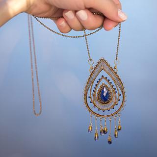 Lazupis - Neopakovatelný drátovaný autorský náhrdelník z mosazi a lapisu lazuli