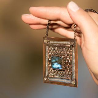 Labtex - Neopakovatelný autorský náhrdelník s labradority a topazy vyplétaný mědí.
