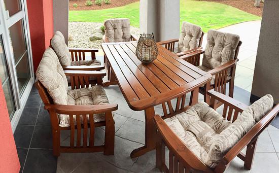Příjemná béžová barva s decentním vzorem na polstrech na křesla zahradního setu.