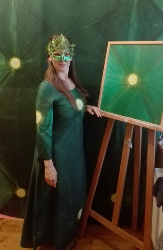 Autorská látka Klid, šaty z ní a původní obraz, ze kterého je vytvořena