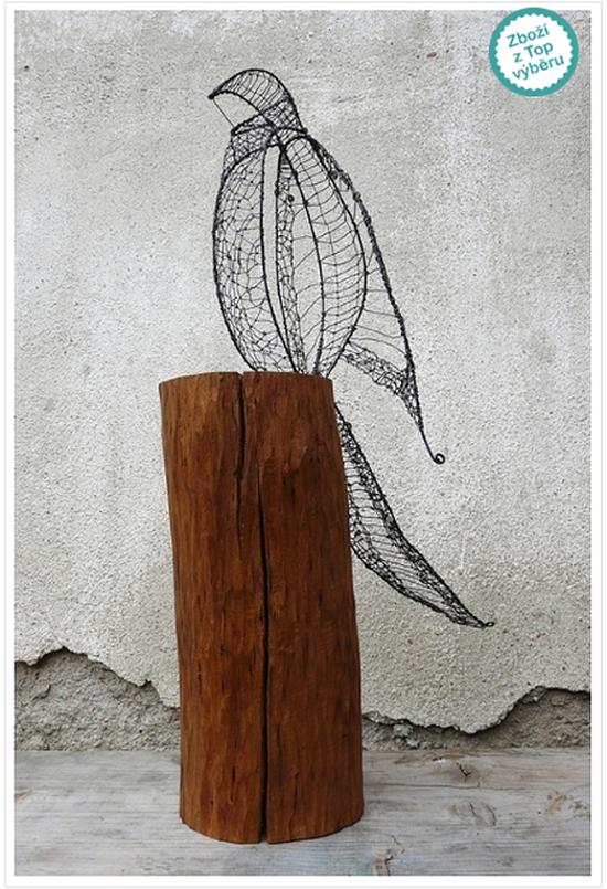 Ptáček z drátu na špalku