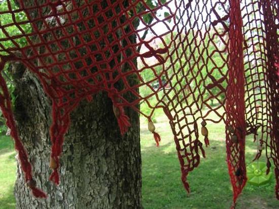 Síťovaný šátek zdobený korálky a kytičkami
