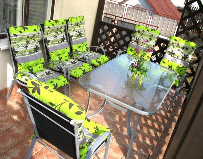 Posezení na zahradním setu na balkóně s polstry z naší dílny.