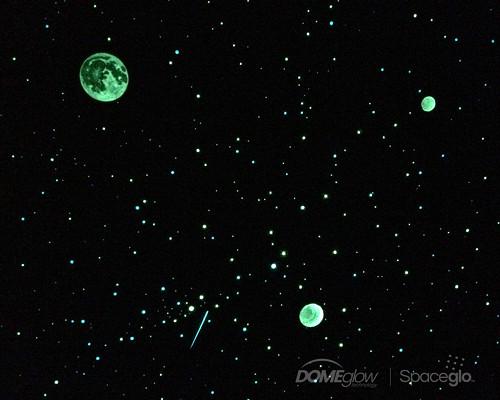 Noční obloha na stropě dětského pokoje se svítícími hvězdičkami