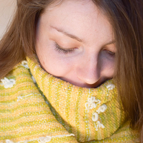 Ručně tkaná šála z vlastních přírodně barvených upředených přízí.