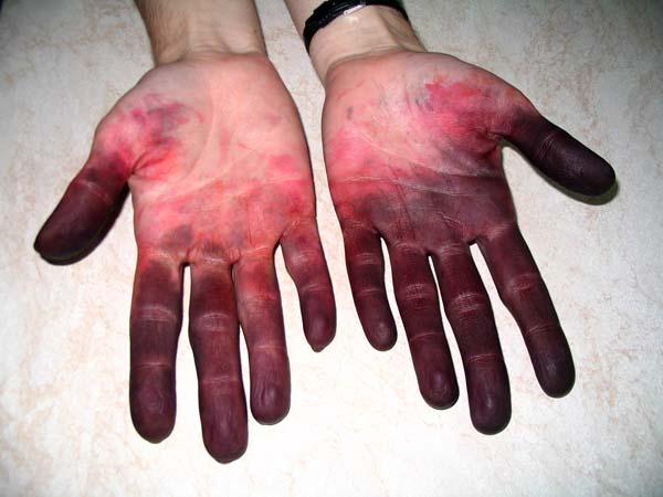 Ruce obarvené napařovacími barvami na hedvábí