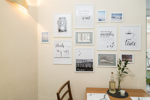 Plakáty na stěně