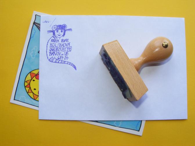 razítko na dřevě